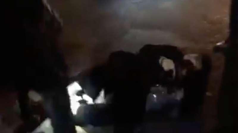 香港律政司司長鄭若驊在英國倫敦遭到「反送中」示威者包圍,並且在混亂中跌倒。(翻攝臉書)