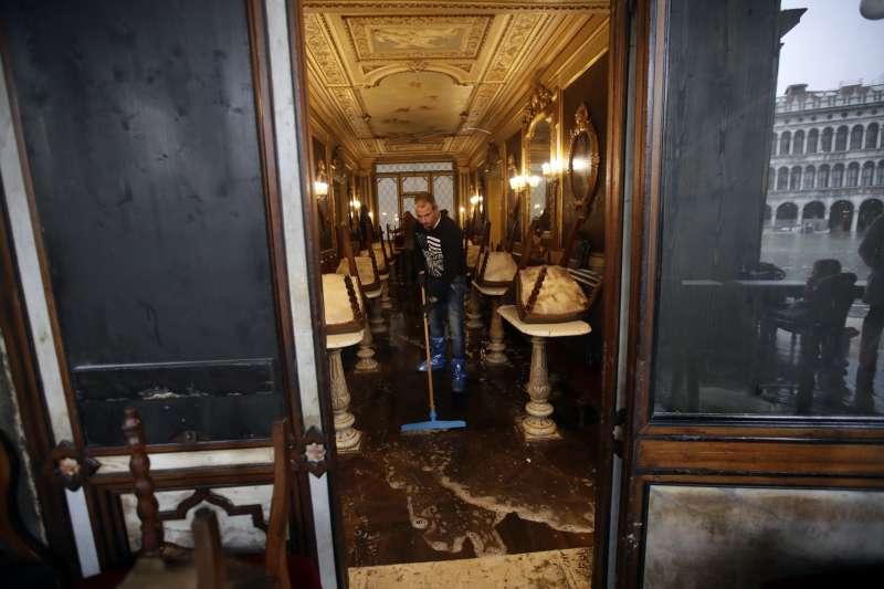 義大利威尼斯近日發生嚴重水災,當地知名的花神咖啡館也淹水(美聯社)