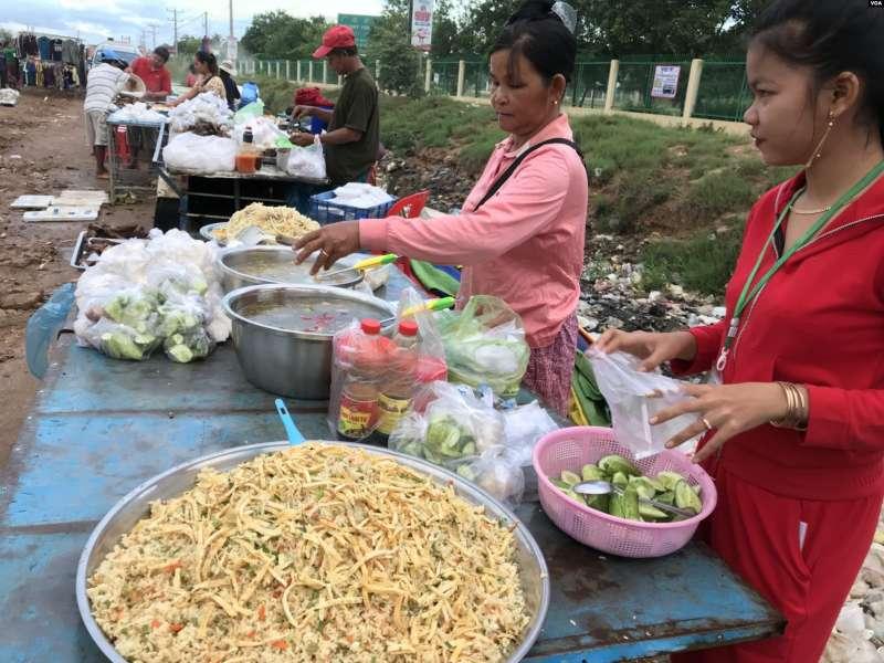 在工廠前面賣食品的柬埔寨攤販(美國之音莉雅拍攝).jpg