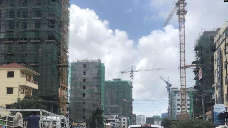 柬埔寨西哈努克港從西方背包客熱愛的海邊小城,搖身變成了由中國人投資開發的大工地。據西哈努克省官員介紹,西港90%的生意都是中國人在經營。(美國之音).jpg