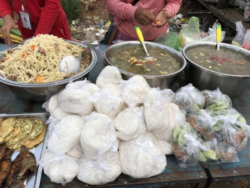 攤販在工廠大門前販賣的柬埔寨傳統食品(美國之音莉雅拍攝).jpg