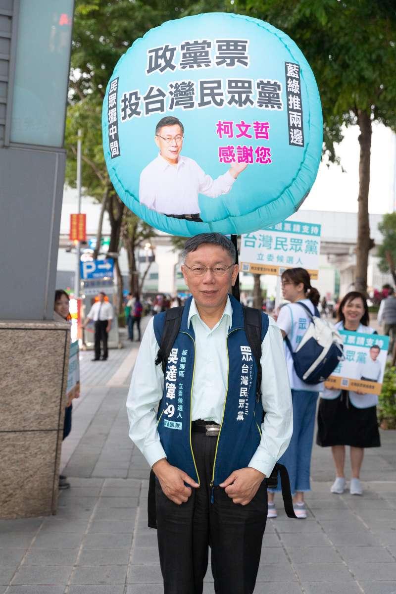 20191116-台北市長柯文哲16日為民眾黨新北板橋立委參選人吳達偉輔選,並親自試背義工所揹的氣球。(台灣民眾黨提供)