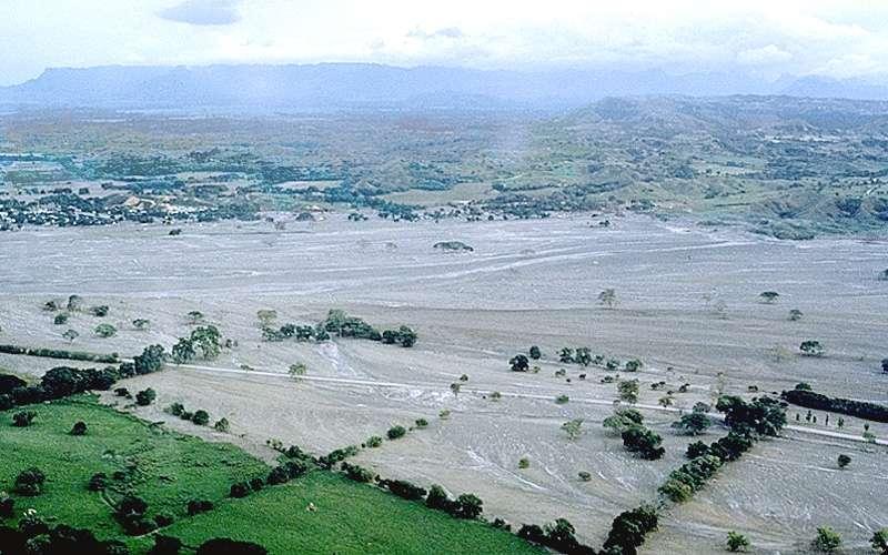 當年魯伊斯火山的3波泥流,摧毀附近近5,000戶家園,阿麥羅八成五土地被泥漿淹沒。(Wikipedia / Public Domain)