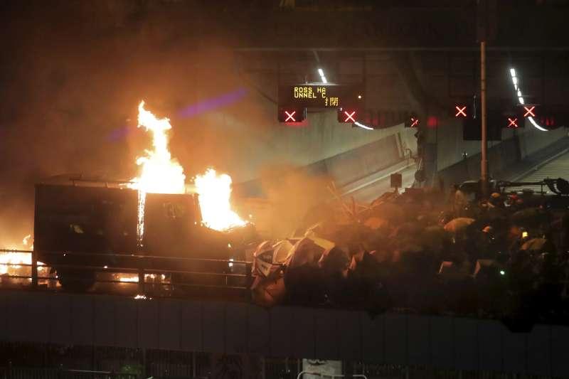 2019年11月17日,香港反送中示威,港警首度出動銳武裝甲車,卻在理工大學旁的暢運道遭汽油彈擊中起火燃燒(AP)