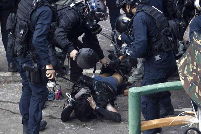 「反送中」勇武派與香港警察在理工大學發生激烈衝突,警方18日陸續逮捕想要衝出校園的示威者。(美聯社)