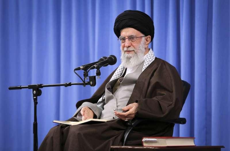 伊朗民眾連日走上街頭抗議,最高精神領袖哈米尼(Ayatollah Ali Khamenei)17日表態支持政府調漲油價的措施。(AP)