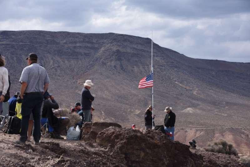 來星戰峽谷看飛機的航空迷,會刻意升起美國國旗,讓戰鬥機飛行員知道他們的位置,要求加碼表演。(許劍虹提供)