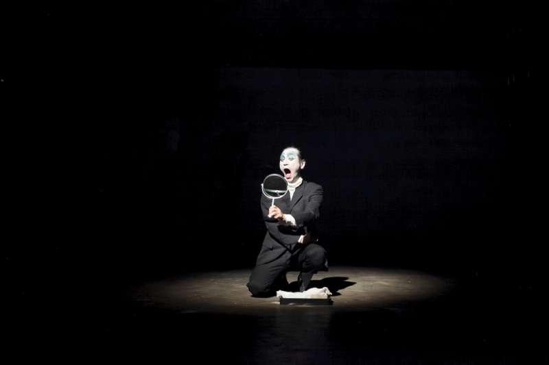 日本藝術家Takao Kawaguchi的《關於大野一雄》,完美演示一場與大野一雄的幻相共譜的舞踏雙人舞。(圖/臺北表演藝術中心)