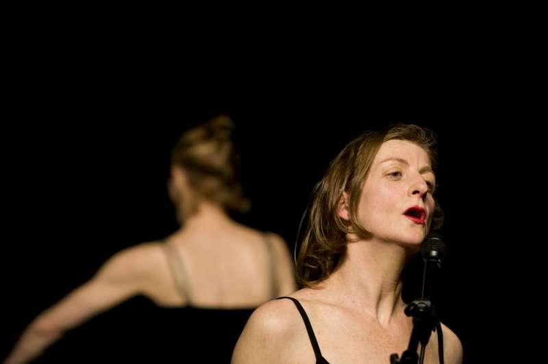 法國藝術家Mathilde Monnier及西班牙藝術家La Ribot,帶來《身為女人》,以西方滑稽劇的框架出發,講述一位女性的困境與生活。(圖/臺北表演藝術中心)