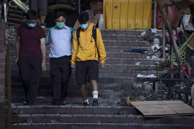 2019年11月19日,陸續有未成年學生在師長陪伴下離開香港理工大學校園。(AP)
