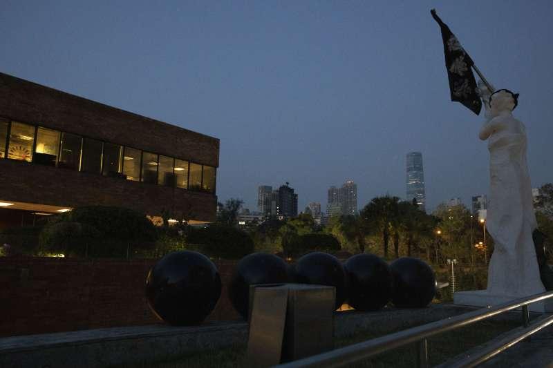 香港理工大學校園內的民主女神雕像,以及代表五大訴求的五顆黑球。(AP)