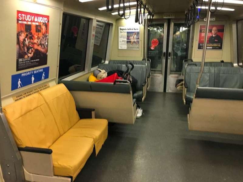 收班捷運的車廂角落,常常看到裹著毛毯過夜的遊民(圖/鱸魚)