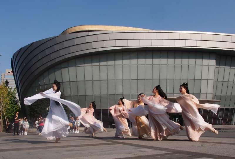 中國上海國際藝術節,舞者在上海國際舞蹈中心廣場舉行「舞蹈快閃」活動。(新華社)