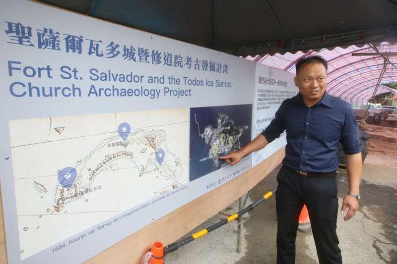 嚴佳代介紹考古現場,擔心潛艦園區帶來軍事管制。(柯承惠攝)