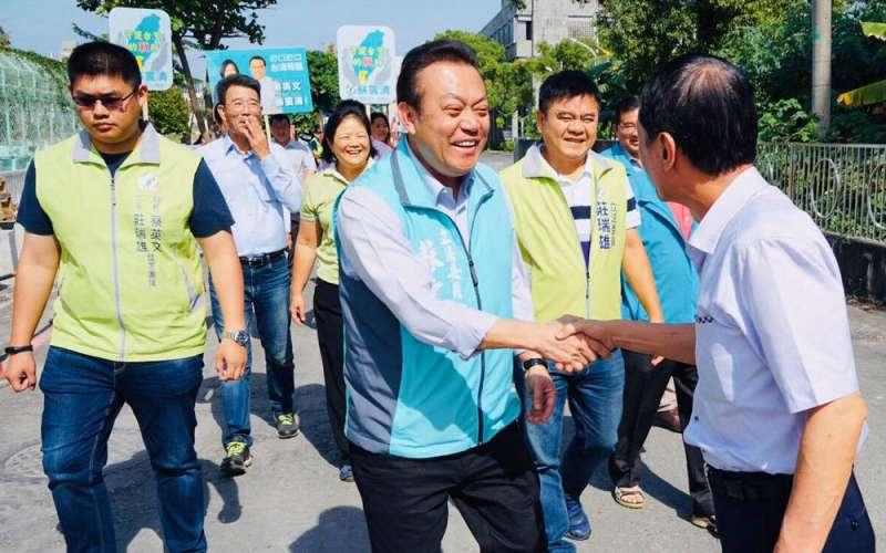 民進黨把莊瑞雄(後右)勸進不分區,空下選區改由蘇震清(前左)瓜代。(翻攝自蘇震清臉書)