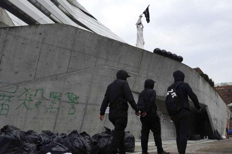 2019年11月20日在香港香港理工大學內看到的塗鴉與「自由女神像」。(AP)