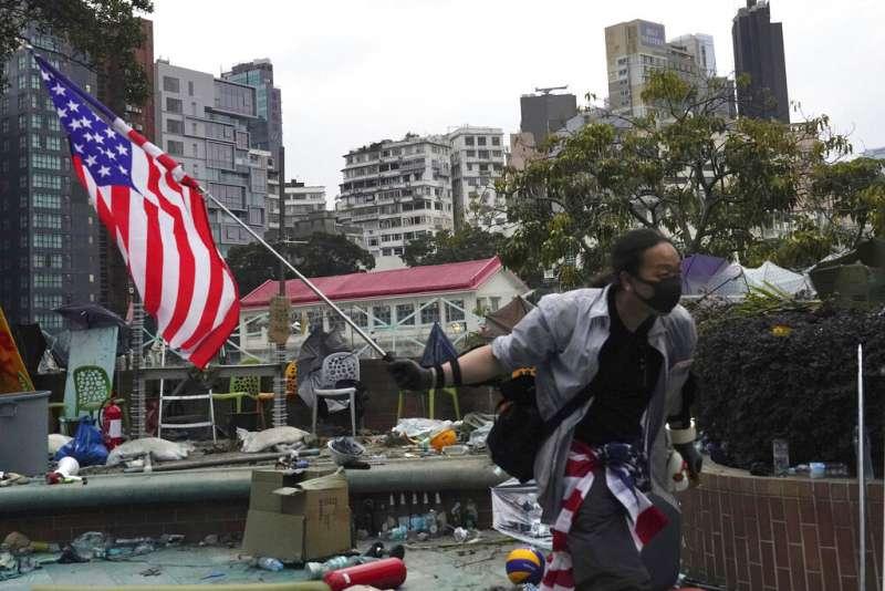 2019年11月20日在香港香港理工大學內的學生舉著美國國旗。(AP)