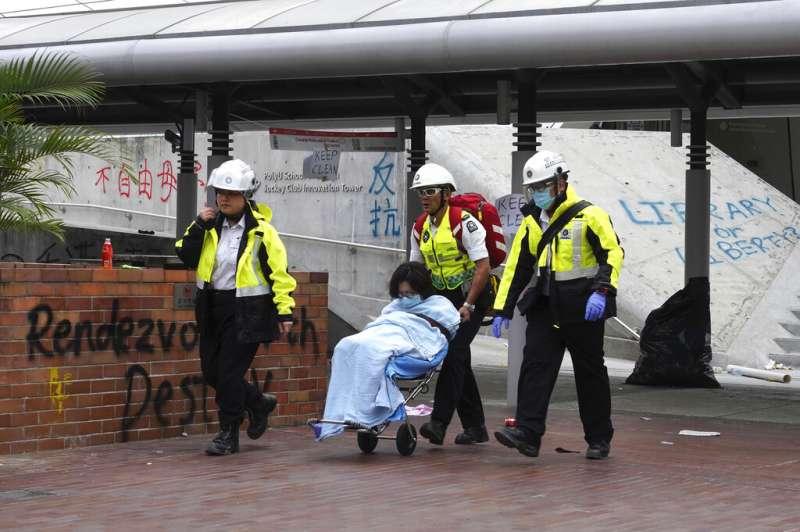 2019年11月20日在香港香港理工大學內的學生被送往就醫。(AP)