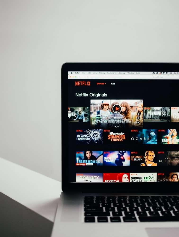 像是Netflix、HBO等國外影視串流平台有足夠的資金產出原創的獨家內容吸引會員,或直接與台灣的影視製作團隊合拍電影及電視劇。(圖/取自Unsplash)