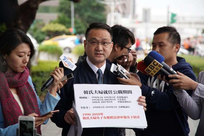 20191120-台北市議員阮昭雄20日赴監察院檢舉韓國瑜夫婦就任公職期間,涉嫌隱匿申報大安區房產。(盧逸峰攝)