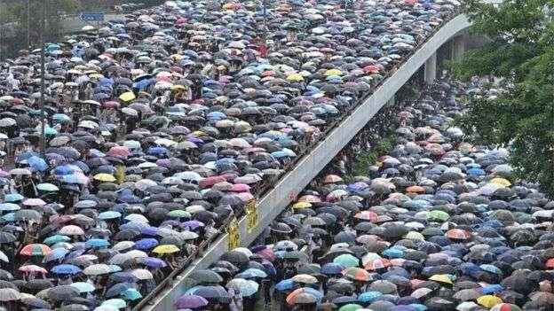 香港的抗議活動已持續多月,從一開始的和平集會走向暴力邊緣。(BBC中文網)