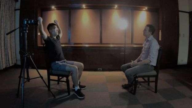 鄭文傑向BBC記者描述他「遭到虐待」的過程。(BBC中文網)