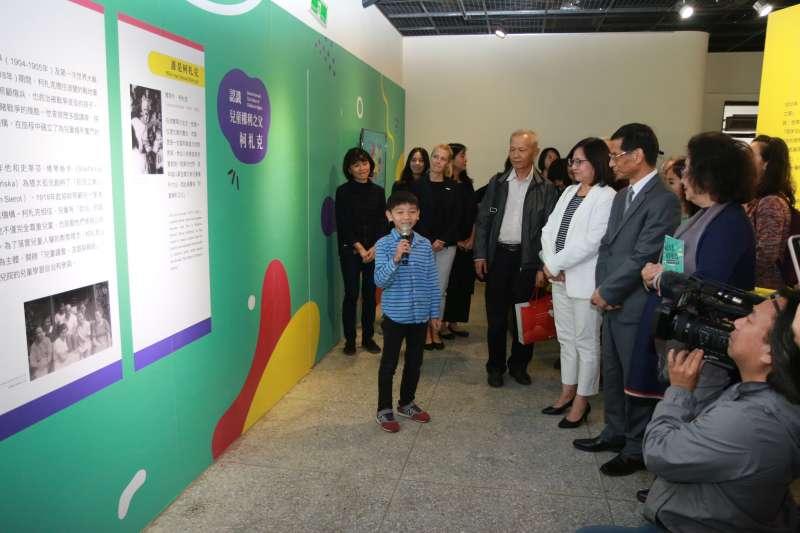 2019年11月20日,國家人權博物館舉辦「我是兒童 我有權利」主題特展,由小小導覽員李杰叡解說導覽。(國家人權博物館提供)
