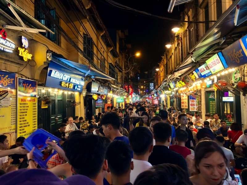 河內舊城區晚上人潮依舊,十分熱鬧。(圖/shutterstock)