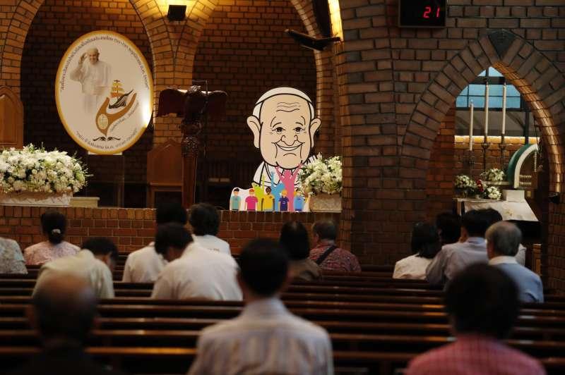 泰國曼谷曼谷聖母升天主教座堂內,人們正在祈禱(美聯社)