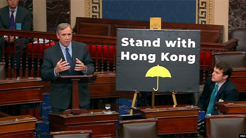 在參議院全院無異議通過《香港人權與民主法案》之際,俄勒岡州民主黨聯邦參議員默克里(Jeff Merkley)在院會發表演說。(2019年11月19日)