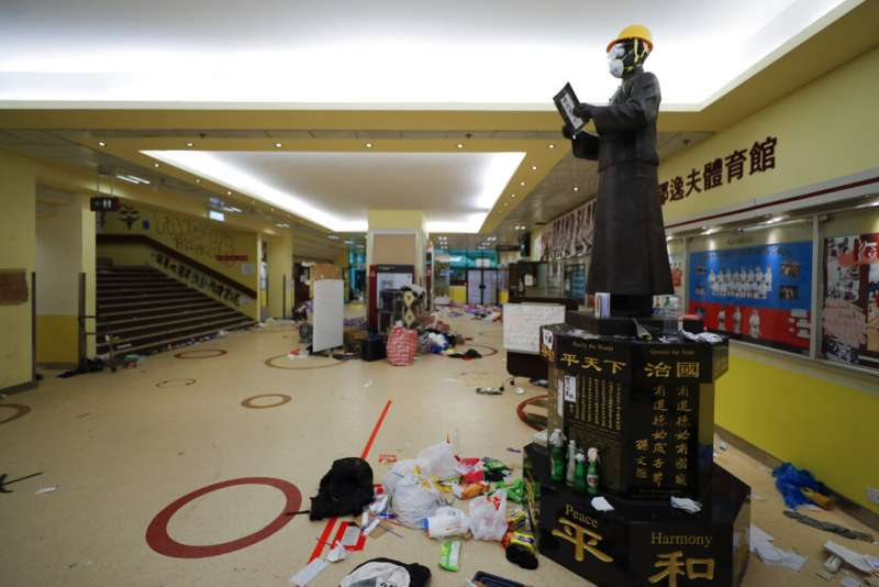 香港理工大學內的孫中山銅像被裝扮成抗爭者的樣子。(AP)