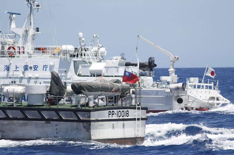 20191121-日本海上保安廳於2012年9月在釣魚臺列嶼鄰近海域與中華民國海巡署的船隻對峙。(取自維基共享資源)