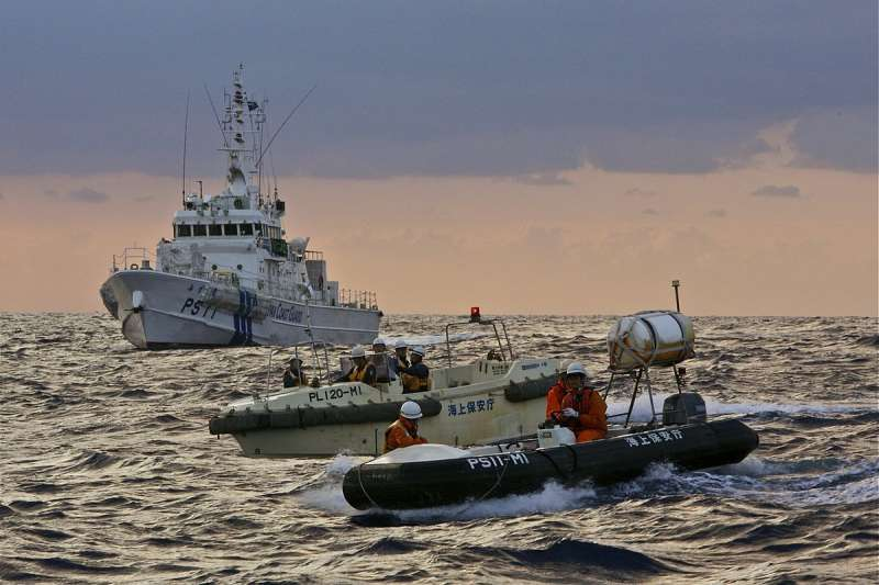 20191121-在釣魚臺附近海域巡航的日本海上保安廳巡邏艇。(取自維基共享資源)