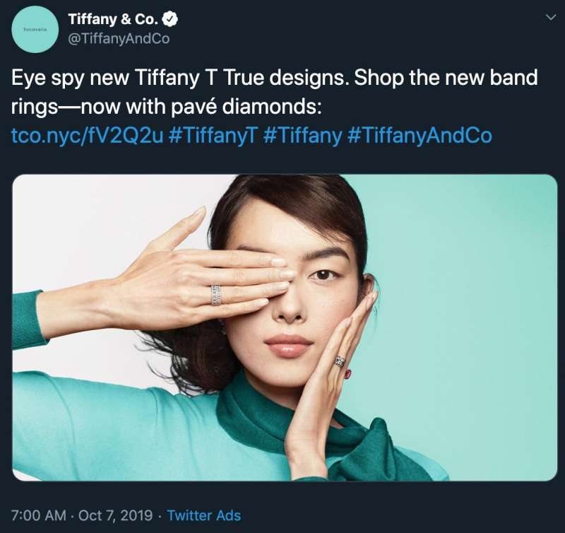 美國珠寶品牌Tiffany&Co10月刊出廣告照,卻因為與香港示威「黑警還眼」的手勢雷同,而被中國抗議後撤下。(截自推特)