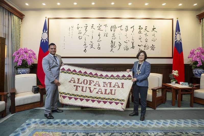吐瓦魯外長柯飛今日訪台,與總統蔡英文熱情會面,贈送蔡總統一面掛毯。(取自總統府)