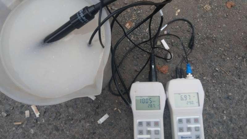 環保局稽查人員現場檢測水質狀況。(圖/徐炳文攝)