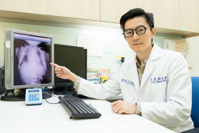 醫師王昱程建議,新生兒出現突發狀況,可以透過診所啟動新生兒轉診外接服務。(圖/東元綜合醫院提供)