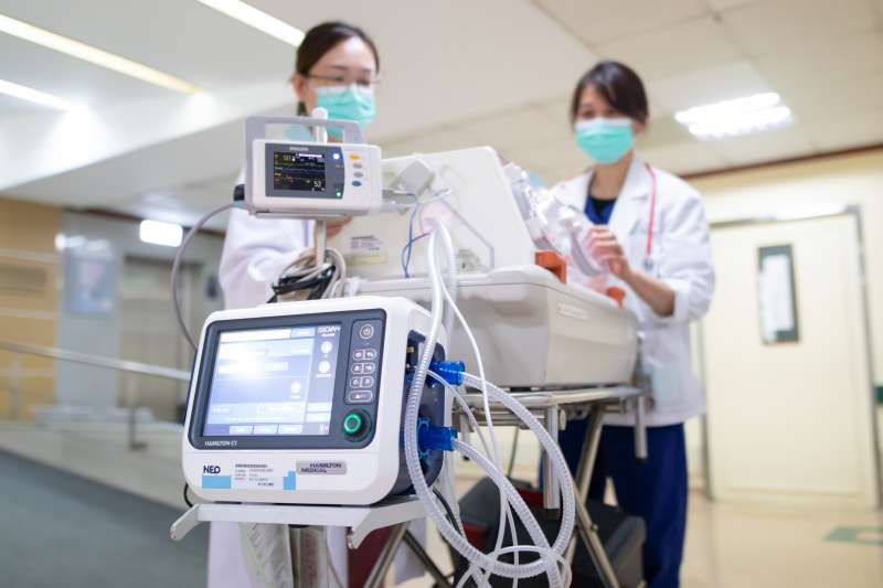 新生兒在轉送過程中最重要是必須備有「輸送型保溫箱」、「插管式、鼻管式呼吸器及氧氣」等急救配備。(圖/東元綜合醫院提供)