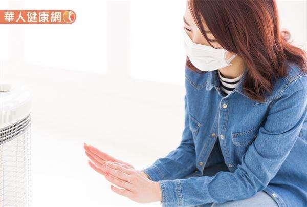 屬於腦中風、心肌梗塞高風險族群的病人要謹記,冬天外出時一定要採取洋蔥式穿搭,盡量穿得暖和一些且不要太早出門,並避免突然暴露在寒冷的空氣中,才能避免中風與心血管疾病的發生。(圖/華人健康網)