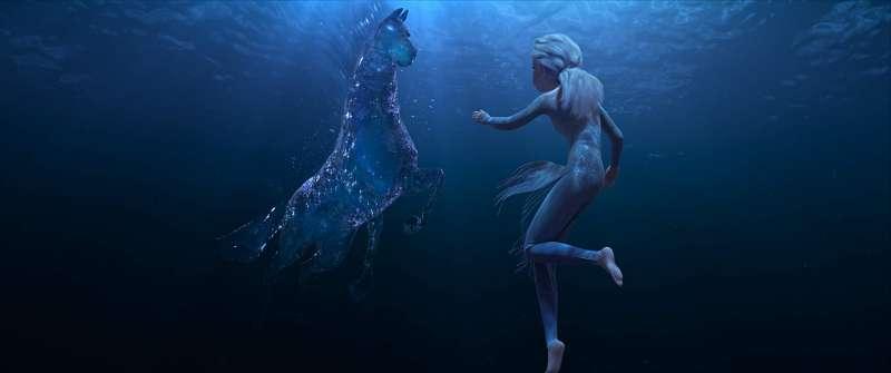 預告中出現水中的海馬與艾莎對戰的畫面。(圖/取自IMDb)