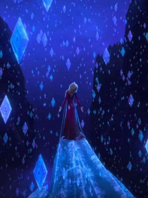 艾莎被某種力量擊中後,空中出現許多菱形的冰塊。(圖/取自IMDb)