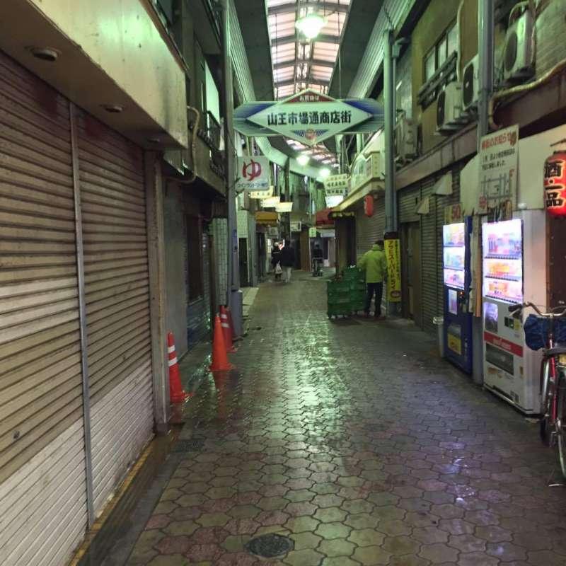 5往飛田新地的方向走,街道會越來越雜亂、也越來越少行人.jpg(圖/作者提供)