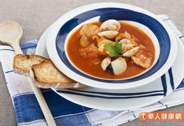 消除雀斑及黑斑,推荐喝「蛤蜊番茄湯」,是對抗活性氧最有效的湯品。(圖/華人健康網)