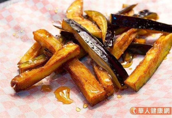 茄子擁有特有名為「茄黃酮苷」的紫色色素,茄黃酮苷存在於茄子皮裡,具有高度的抗氧化力。(圖/華人健康網)