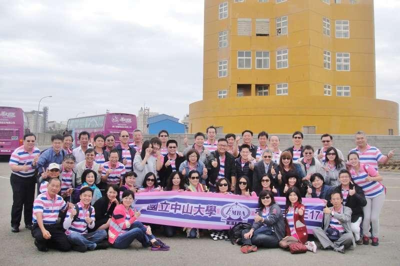 中山大學EMBA學生持續向企業學習管理實務,圖為第17屆學生參訪企業。(圖/中山大學提供)