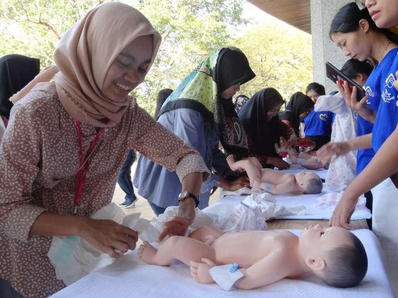 輔英科大慶祝助產系二十週年暨助產週活動,印尼助產專班三十名男女學員報名。(圖/徐炳文攝)
