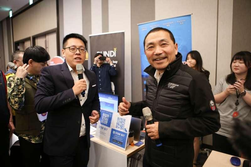 市長侯友宜出席「新北創力坊五周年嘉年華- InnoHi 5」活動,與團隊成員熱情互動。  (圖/新北市經發局提供)