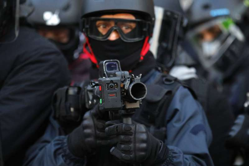 橡膠子彈近距離射擊、或射擊腰部以上位置時殺傷力強,已有報告稱不適用於控制人群。(AP)