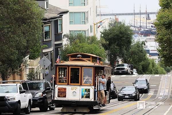 由於舊金山市區地形險峻,坡度相當多,纜索鐵道解決了當地居民的交通問題(27號車於1887年製造,是現存最古老的車輛之一。攝影:陳威臣)圖/想想論壇