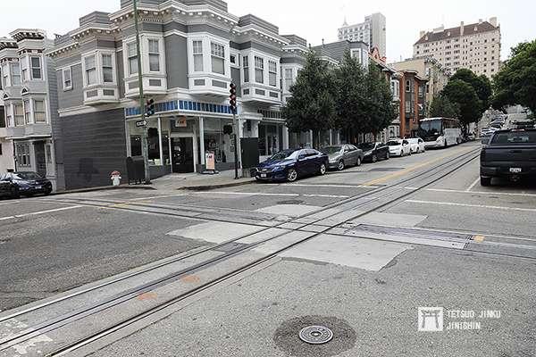 舊金山纜索鐵道是採用1067mm軌距,並在中間設置溝槽,裡頭放置纜索,這樣的設計可以讓不同路線交叉,而不受影響。(攝影:陳威臣)圖/想想論壇